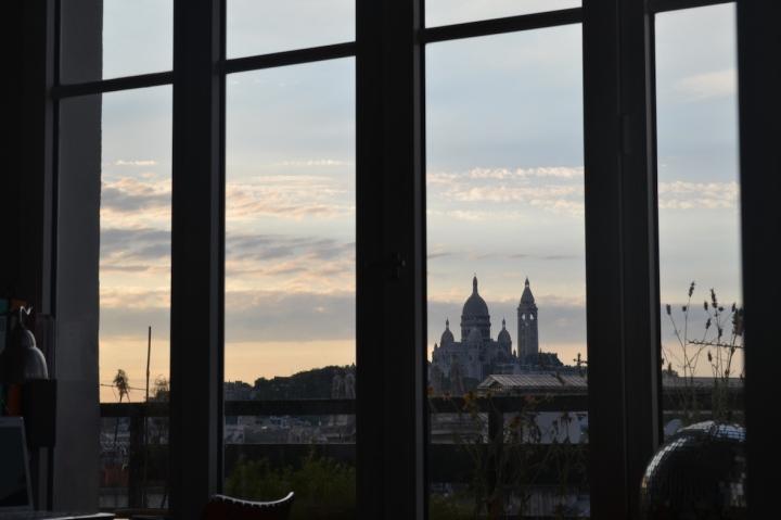 La iglesia del Sagrado Corazón (o Sacré Coeur) en el Monte de los Mártires (Montmartre) vista desde la ventana del departamento de un amigo